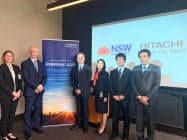 23日、オーストラリアのニューサウスウェールズ州で、同州政府幹部とスタートアップ支援などで合意した日立製作所の鈴木教洋執行役常務(右から4人目)ら