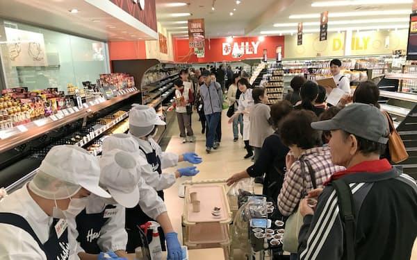 原信の事前見学会には約800人が訪れ、店内で試食をした(富山市の下飯野店)