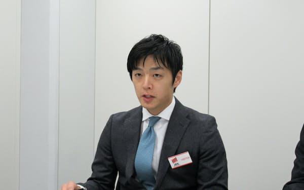 記者会見するセルソースの裙本理人社長(28日、東証)