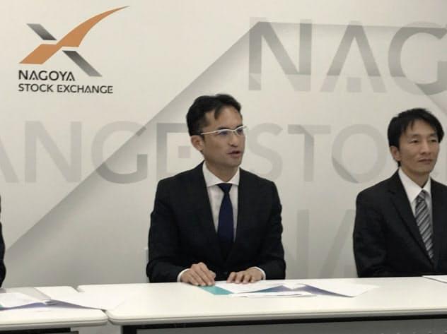 上場承認を受けて会見する名南M&Aの篠田康人社長(左)(20日、名古屋市)