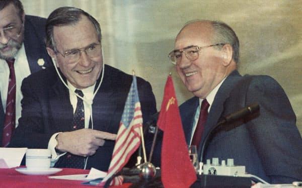 1989年12月、マルタ島での米ソ首脳会談を終え記者会見するゴルバチョフ・ソ連共産党書記長(右)とブッシュ(父)米大統領(AP)