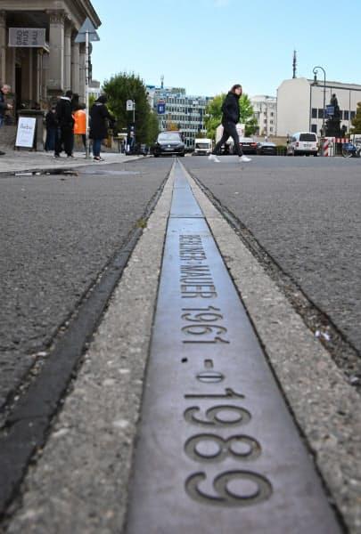 ベルリン中心部の道路に引かれた旧国境を示す線(10月)=井上昭義撮影