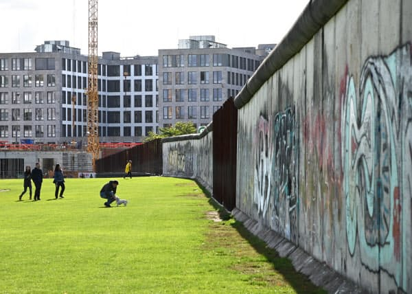 ベルナウアー通りには約200メートルにわたって当時のままの壁が残されている(10月)=井上昭義撮影