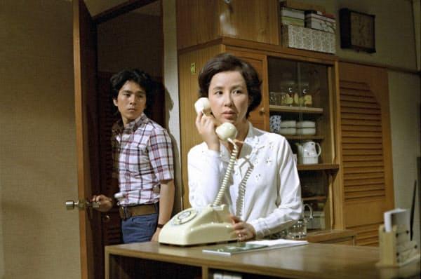 ドラマ「岸辺のアルバム」より。八千草薫さん(右)と国広富之さん(C)TBS=共同