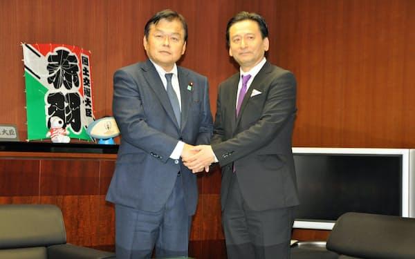 会談前に握手をする赤羽国土交通相(左)と佐賀県の山口知事(28日、国土交通省)