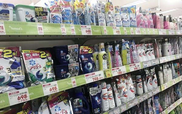 衣料用洗剤の容器にはプラスチックが使われている(都内のドラッグストアのトモズ)
