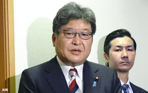 英語民間試験を巡る自身の発言について、取材に応じる萩生田文科相(28日、文科省)