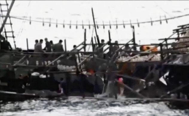 水産庁の取り締まり船と衝突後、沈没する北朝鮮漁船(水産庁が18日公開した映像から)=共同