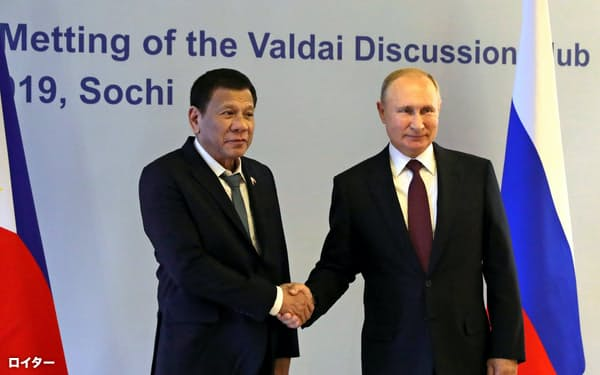 ロシア・ソチで会談したプーチン大統領(右)とフィリピンのドゥテルテ大統領(3日)=ロイター
