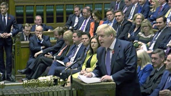 下院解散をめぐり討論するジョンソン英首相(28日、ロンドン)=AP