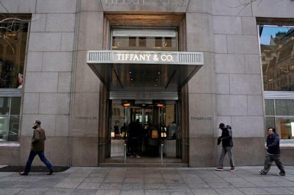 米ティファニーの旗艦店は中国人観光客の購入減が続いている(ニューヨーク)=ロイター