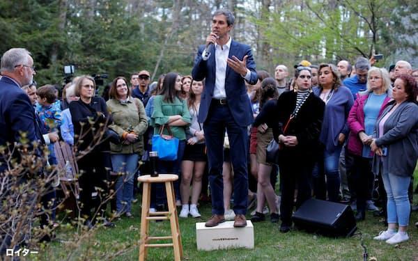 ニューハンプシャー州での演説で、聴衆からの質問に答えるベト・オルーク前下院議員(72年生まれ)=ロイター