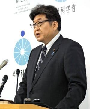 閣議後に記者会見する萩生田文科相(29日午前、文科省)=共同