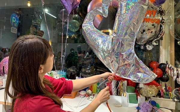 ふわりと浮くバルーンに欠かせないヘリウムガスが品薄となっている(10月下旬、バルーン専門店「タキシードベア西麻布店」)