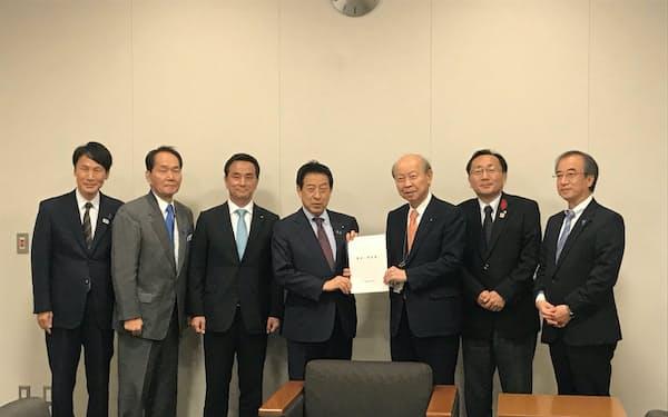 塩崎恭久氏に要望する知事会メンバー(29日、衆院第1議員会館)