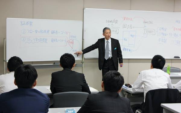 岡崎信金は金融商品の販売改革で定期的に職員研修を開いている(愛知県岡崎市)
