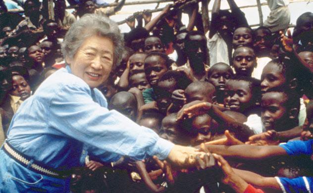 コンゴ民主共和国(旧ザイール)のブカブを訪問し、子供たちと握手する緒方貞子国連難民高等弁務官(1995年2月)=共同