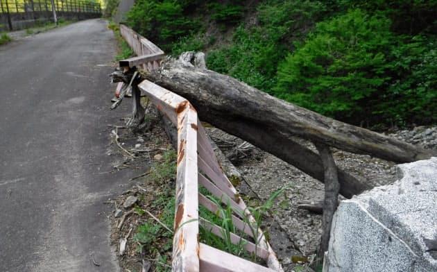 主桁が変形し通行止めが続く砂蔵谷橋(富山市)