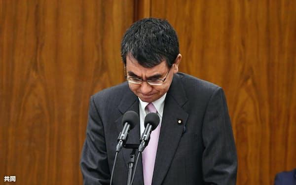 「雨男」発言について陳謝する河野防衛相(写真は29日午後の衆院安全保障委員会)=共同
