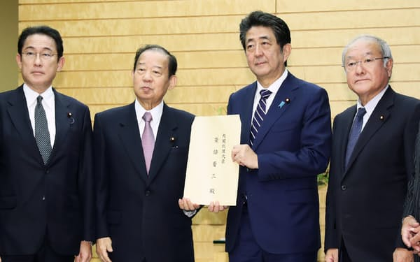 台風19号の被害対応で、安倍首相に自民党の提言書を手渡す二階幹事長(左から2人目)ら党幹部(29日、首相官邸)