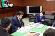 赤羽一嘉国土交通相(左)に台風19号時の荒川の状況を説明する近藤やよい足立区長(右)