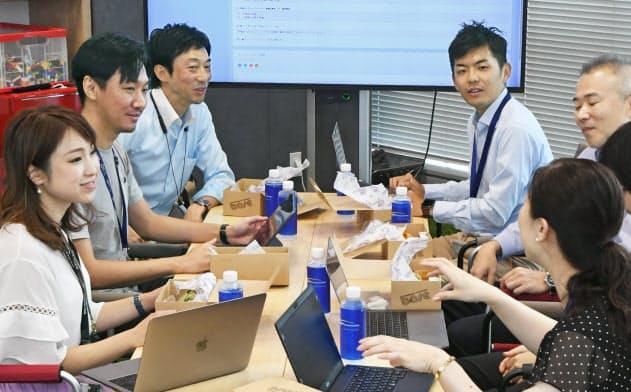 NTTコミュニケーションズでは自分の立てた目標を報告し合い、やる気を高める(東京都千代田区)