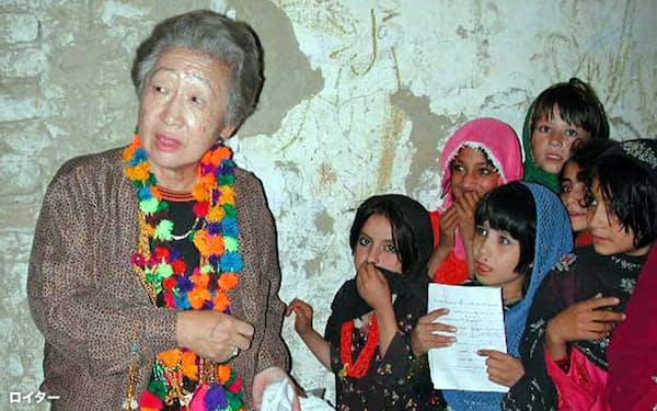 国連高等難民弁務官として活動する緒方氏(2000年、パキスタンの難民キャンプ)=ロイター