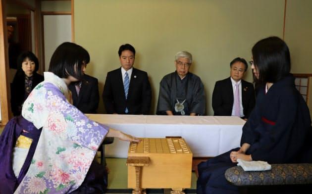 初手を指す西山朋佳女王(左、30日、高知市)
