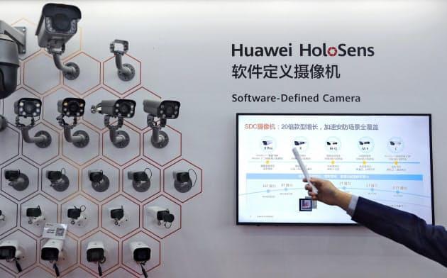 29日、深圳でのイベントに出品されたファーウェイの監視カメラ製品=AP