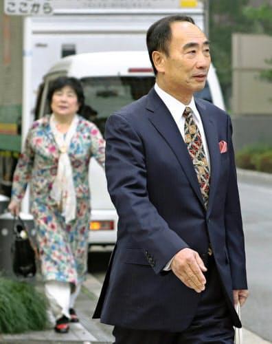 大阪地裁に向かう「森友学園」の前理事長籠池泰典被告。後方は妻の諄子被告(30日午前)=共同