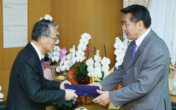 田中規制委員長(左)は馳文科相(当時)にもんじゅ抜本見直しを勧告した(2015年11月)