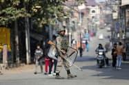 インド軍はジャム・カシミール州の監視を強めている(29日、同州スリナガル)=AP
