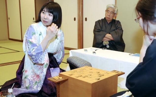 里見女流王座を破り、第1局を制した挑戦者の西山女王(左)(30日、高知市)