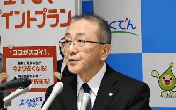 燃料費の増加などで4~9月期は減益決算となった(札幌市内で記者会見する藤井裕社長、30日)