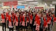 ギフトセンターで開店前に気勢を上げる岡山高島屋の従業員(30日、岡山市)