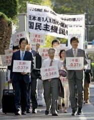 参院選1票の格差訴訟の判決で、東京高裁に入る原告側弁護団(30日午後)=共同