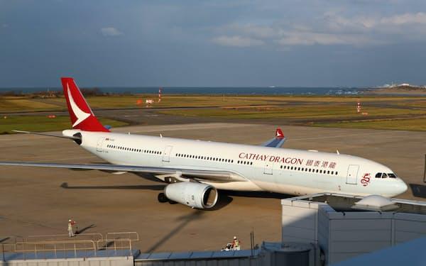 新潟空港に到着したキャセイドラゴン航空の香港線(30日、新潟市)