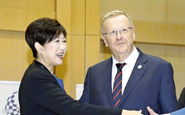 会談に臨む、東京都の小池百合子知事(左)とIOCのジョン・コーツ調整委員長(25日、東京都庁)=共同