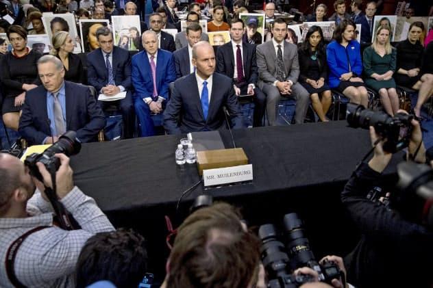 29日、米公聴会でカメラマンや遺族らに囲まれるボーイングのミューレンバーグCEO(中央)=AP