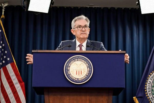 記者会見する米連邦準備理事会(FRB)のパウエル議長(30日、ワシントン)=ロイター
