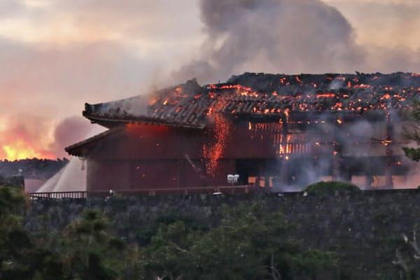火災が発生した首里城(31日午前6時27分、那覇市)