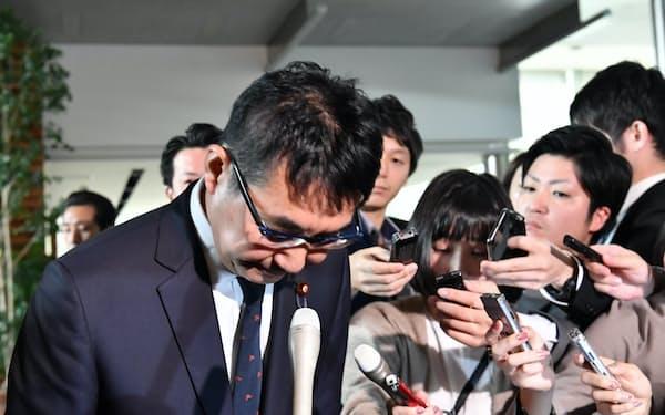 辞任を表明した河井法相(31日午前、首相官邸)