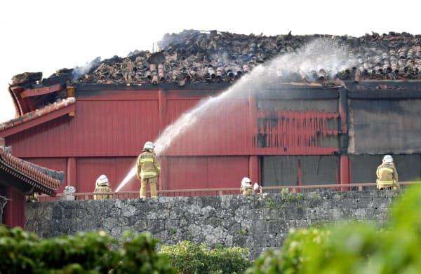 消火活動が続く首里城(31日午前7時34分、那覇市)