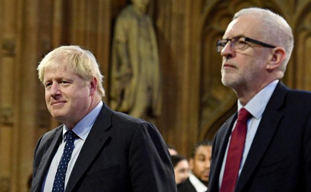 英国を孤立に導くジョンソン英首相(左)か、主要産業の国有化を提唱する労働党のコービン党首(右)か。英国の有権者は「究極の選択」を迫られる
