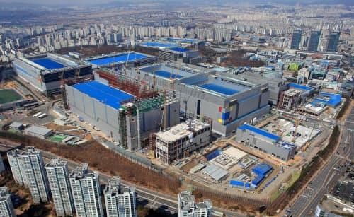 サムスンはソウル郊外で半導体工場の拡張を進めている=同社提供