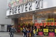 店前では黄色い買い物袋を持つアジア人女性が目立った(31日、フォーエバー21渋谷店)