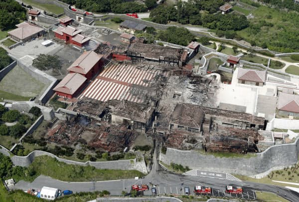 火災で正殿(中央)などを焼失した首里城(31日午後、那覇市)=共同
