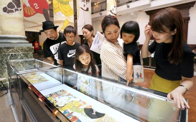休日に家族ぐるみで美術館を訪れたZOZOの社員ら(千葉市中央区)
