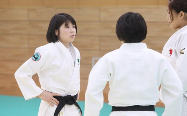 福見友子(左)はロシアと英国での経験を指導に生かしている(2019年10月、東京都品川区のJR東日本柔道部柔道場)