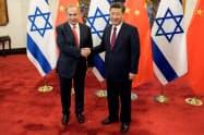 中国の習近平国家主席と握手するイスラエルのネタニヤフ首相=ロイター